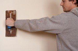 Нужно ли штукатурить стену из гипсокартона под обои