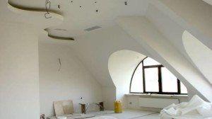 Каркас из профилей для потолка из гипсокартона на мансарде