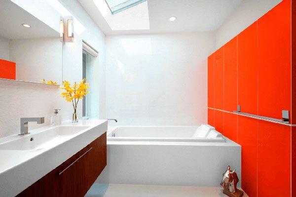 Ванная комната с акцентированной стеной