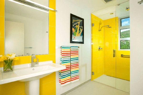 Цветные полотенца в ванной комнате