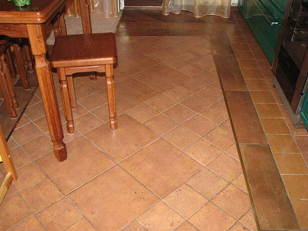 Пример напольного покрытия на кухне