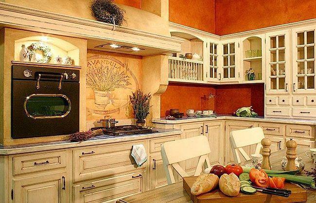 Пример кухни с множеством декоративных элементов