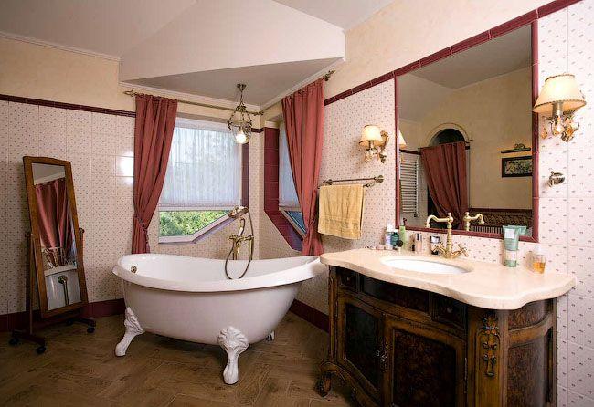 Неяркий мойдодыр в интерьере ванной комнаты классического стиля