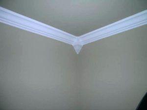 Нужно ли красить потолочный плинтус из пенопласта в цвет потолка