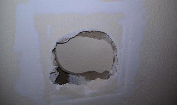 Как заделать дырки в гипсокартоне на стене и потолке: видео