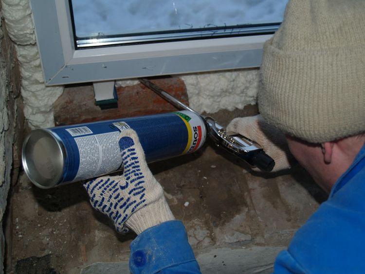 Утепление стен пеной под окном