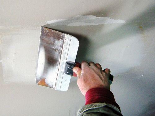 Заделать дырку в гипсокартоне на потолке шпателем